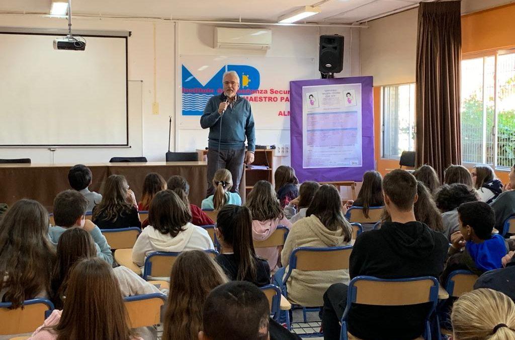 El escritor Alfredo Gómez Cerdá en el IES Maestro Padilla