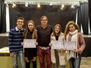 Las tres alumnas con su profesor de Biología y el ganador de la medalla de oro del año pasado en la fase iberoamericana.